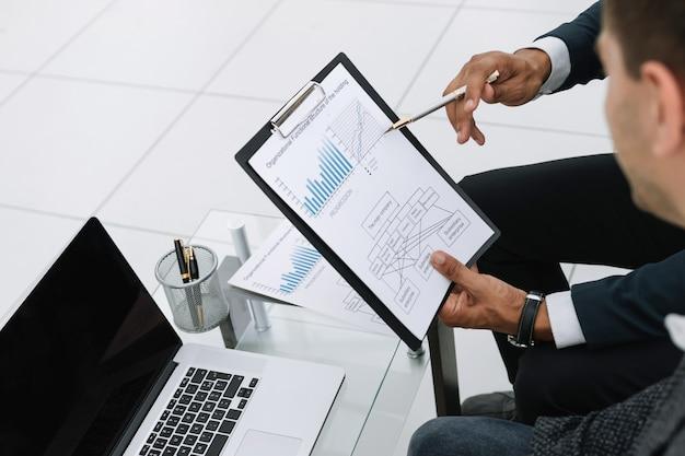 Крупным планом коллег по бизнесу обсуждают финансовые данные
