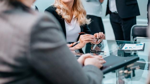 Закройте вверх. деловые коллеги обсуждают финансовый график