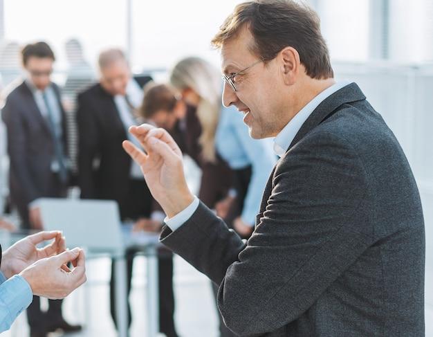 Закройте вверх. коллеги по бизнесу с энтузиазмом обсуждают новые идеи