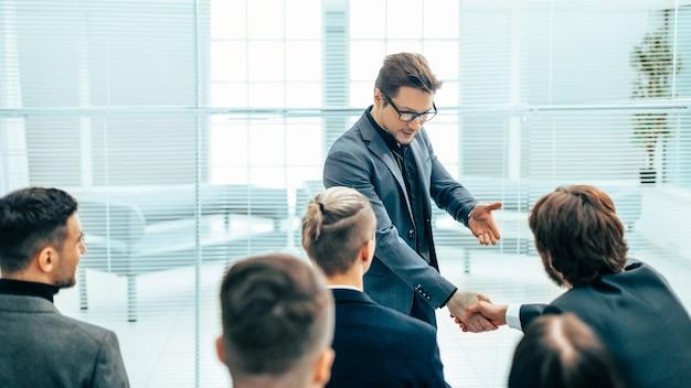 クローズアップ。握手でお互いに挨拶するビジネスの同僚
