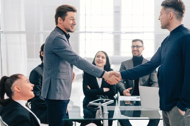 Закройте вверх. деловое рукопожатие в офисе. концепция сотрудничества