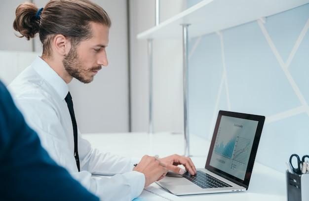 확대. 재무 데이터를 분석하는 비즈니스 사람. 사람과 기술.