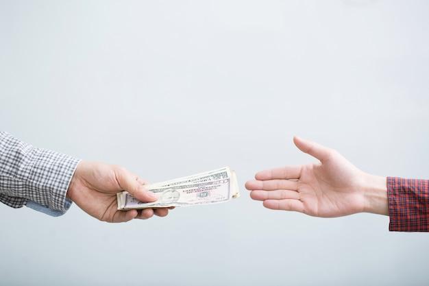 Крупным планом деловой человек рука, давая изолированные деньги