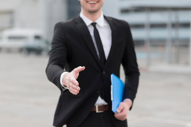 クローズアップビジネスの男の手を振る