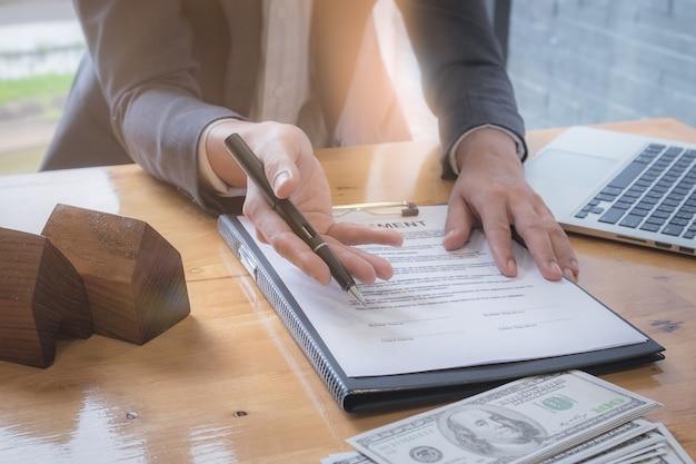 署名した契約契約を待っているビジネスマンを閉じます。不動産と契約のコンセプト。