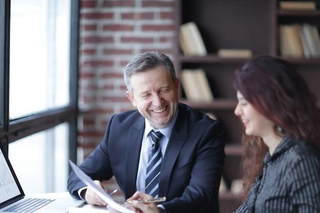 Закройте вверх. деловых партнеров обсуждают финансовую прибыль. концепция партнерства