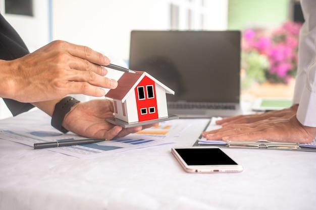 Крупным планом деловые люди руки концепция строительства дома