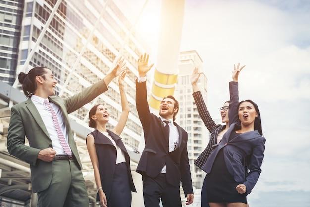Primo piano di uomini d'affari mani insieme. concetto di lavoro di squadra.