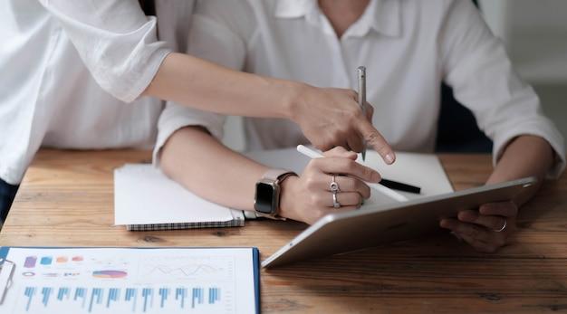 Крупным планом деловые люди встречаются для обсуждения ситуации на рынке. финансовая концепция бизнеса