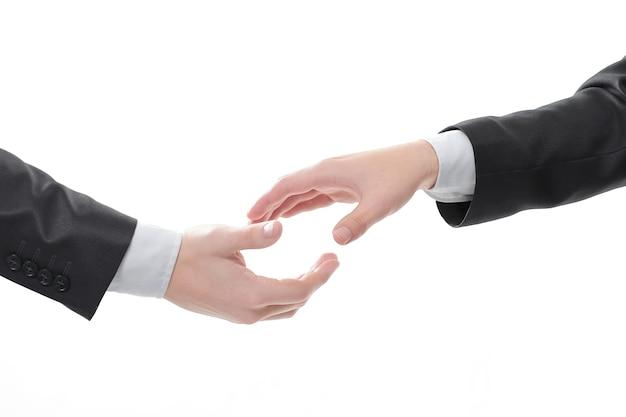 클로즈업. 비즈니스 사람들이 악수를 위해 손을 뻗고 있습니다. 파트너십의 개념