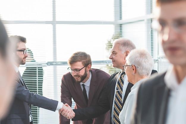 閉じる。ビジネスマンは現代のオフィスで働いています。協力の概念