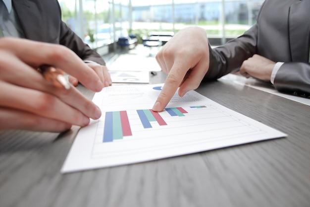 クローズアップ。ビジネスは財務報告に指を向けます。コピースペース付きの写真