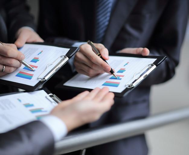 Close up.businessチームは、会社の金銭的利益を分析します。