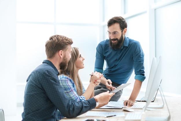 閉じる。スタートアップの財務データを分析するビジネスチーム。チームワークの概念