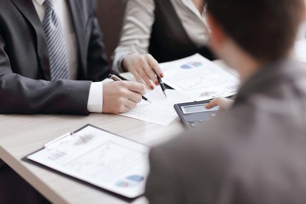 クローズアップ。財務データを分析するビジネスチーム。チームワーク