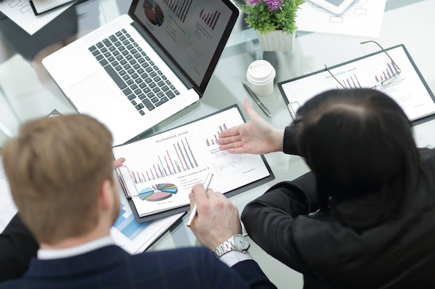 Закройте вверх. бизнес-команда, анализирующая финансовые графики. вид сзади
