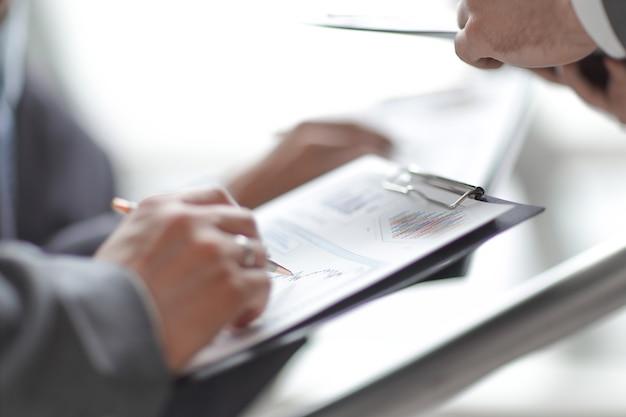 閉じる。財務スケジュールを分析するビジネスチーム
