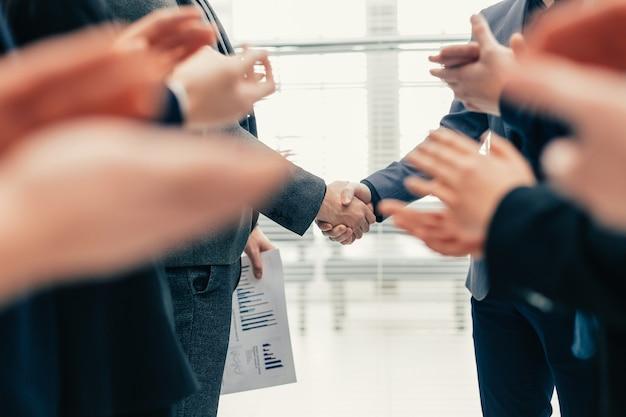 閉じる。ビジネスパートナーとの会議で拍手するビジネスチーム