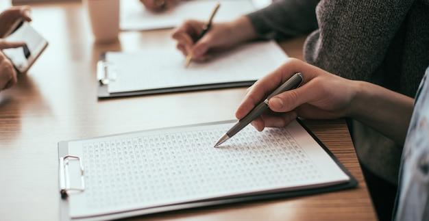 Крупным планом бизнес-группа, проверяющая финансовую документацию
