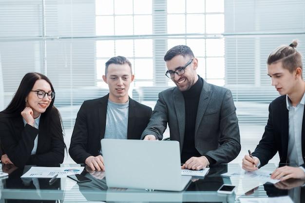 Крупным планом бизнес-команда обсуждает финансовые документы