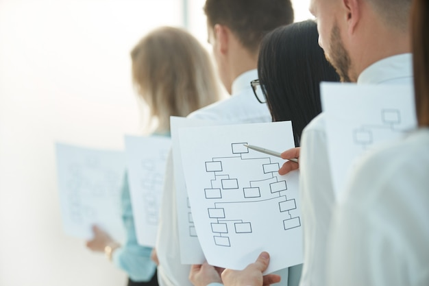 사무실에 서 있는 마케팅 계획과 함께 up.business 팀을 닫습니다. 복사 공간이 있는 사진