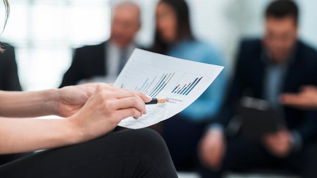 閉じる。財務スケジュールを分析するビジネスウーマン。ビジネスコンセプト