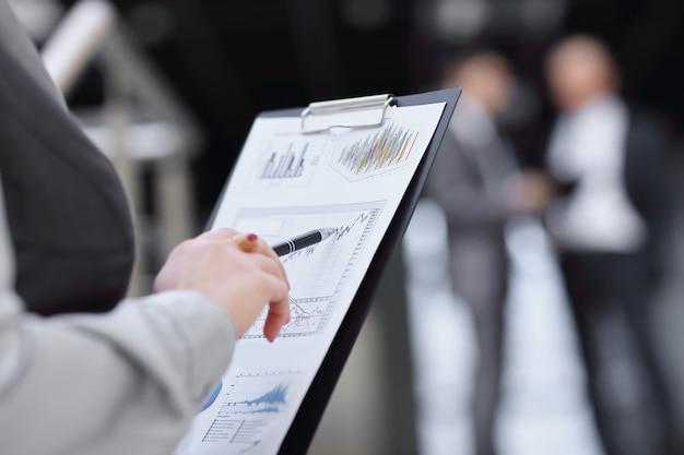 閉じる。財務報告をチェックするビジネスウーマン。ビジネスコンセプト