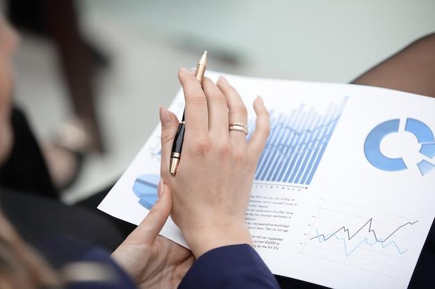 クローズアップ。ビジネスウーマンは財務スケジュールをチェックします。ビジネスコンセプト