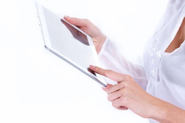 확대. 비즈니스 우먼은 디지털 태블릿을 사용합니다. 복사 공간이 있는 사진