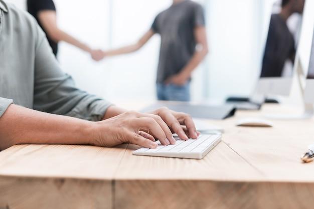 컴퓨터 비즈니스 및 교육에서 일하는 비즈니스 우먼을 닫습니다.