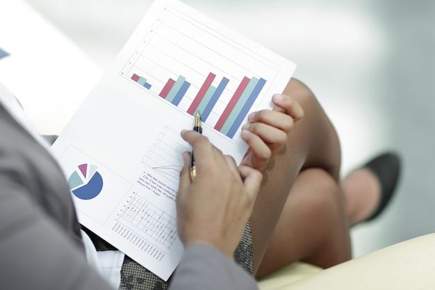 Закройте вверх. бизнесмен проверяет финансовые данные.
