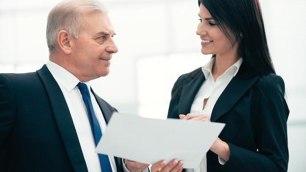 閉じる。コンサルタントとビジネス文書について話し合うビジネスマン。ビジネスコンセプト
