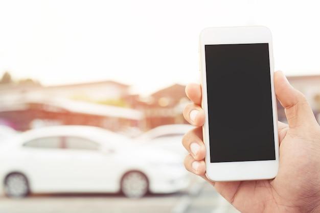 모바일 스마트 전화를 사용하여 사업가 손을 닫습니다. 자동차 정비사에게 도움을 요청하십시오. 사람들은 깨진 자동차 배경 옆에 대기 친구 서 여행.