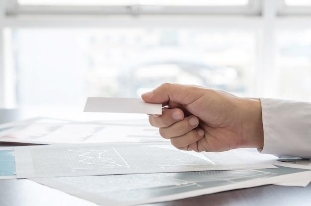 Крупным планом бизнесмен, проведение пустой визитной карточки.