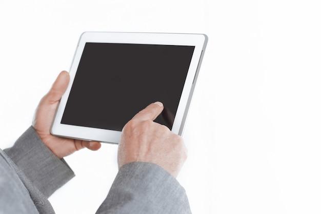 흰 벽에 빈 화면 tablet.isolated에서 up.businessman 가리키는 손가락을 닫습니다.