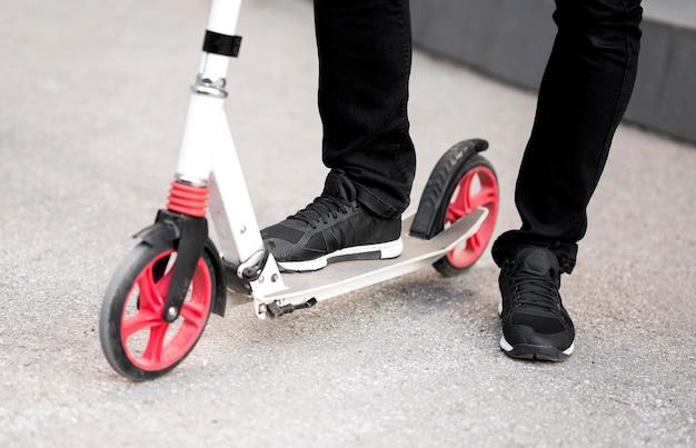 Крупным планом бизнесмен езда скутер