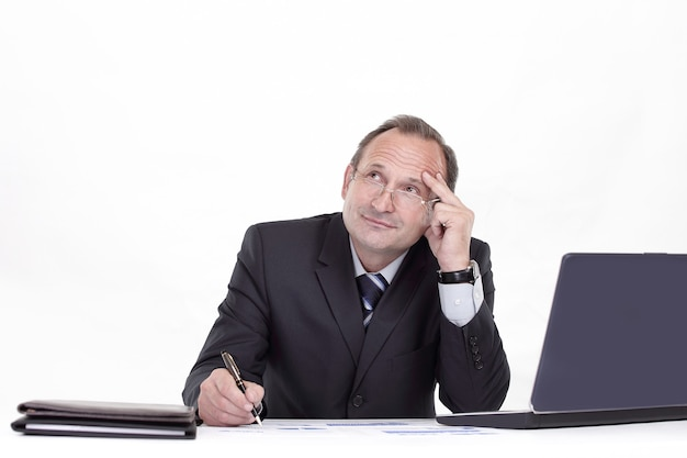 閉じる。作業文書に署名するビジネスマン。コピースペースで写真