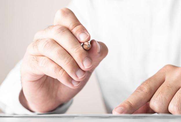 Крупным планом бизнесмен, подписывающий контракт, заключение сделки, бизнес-концепция