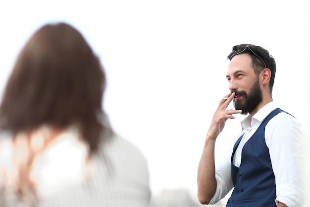 닫기 up.businessman 사무실 창 근처에 서 있는 동안 흡연입니다. 복사 공간이 있는 사진