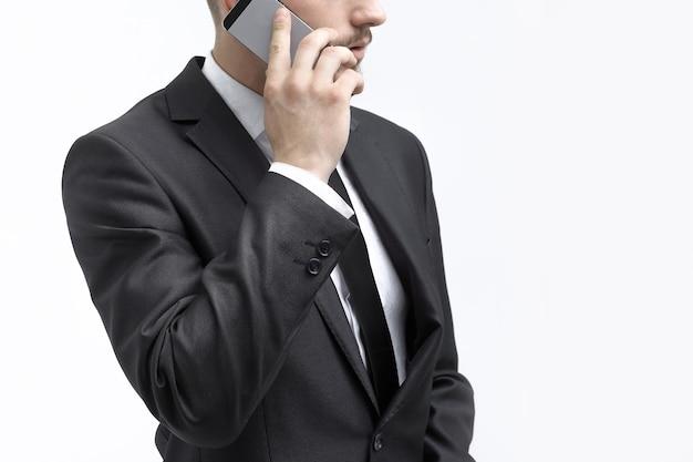 Закройте вверх. бизнесмен разговаривает по мобильному телефону