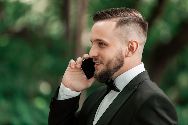 閉じる。彼のスマートフォンで話しているビジネスマン