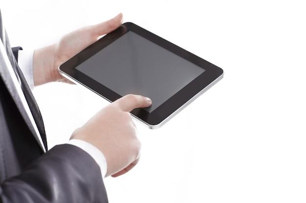 Крупным планом. бизнесмен, нажав на экран цифрового планшета. фотография с копией пространства