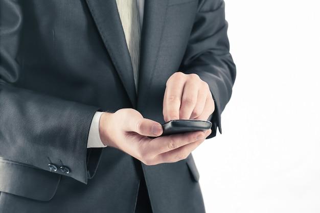 Закройте вверх. бизнесмен, набрав sms на смартфоне. люди и технологии