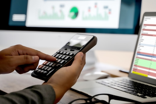 문서에 계산기를 사용하여 사업가를 닫습니다 인식 할 수없는 금융 사용은 사무실에서 비용에 대해 계산