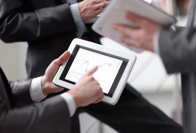 Close up.businessmens는 태블릿을 통해 판매 일정을 논의합니다.
