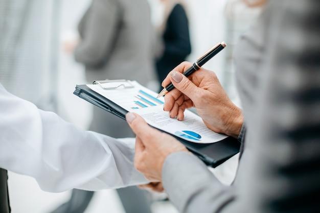 Крупным планом бизнес-леди, проверяющая бизнес-концепцию финансового документа