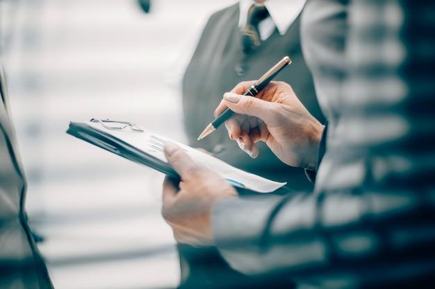 Крупным планом бизнес-леди заметок в буфере обмена