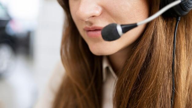 Close-up imprenditrice indossando auricolare Foto Gratuite