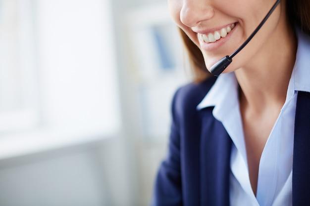 Primo piano di una donna d'affari con un grande sorriso
