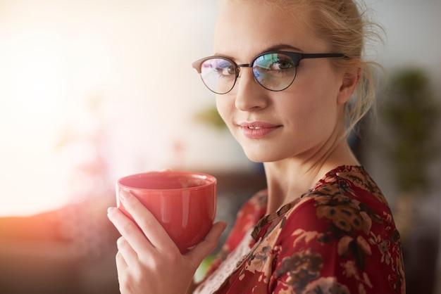 Primo piano di imprenditrice con caffè